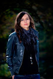 Mujer en el parque del otoño Fotografía de archivo