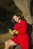 Mujer en el parque del otoño y las hojas goldy fotografía de archivo libre de regalías