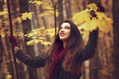 Mujer en el parque hermoso del otoño, otoño del concepto Imagen de archivo libre de regalías
