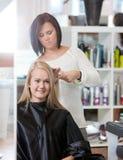 Mujer en el peluquero Salon Imagen de archivo libre de regalías
