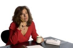 Mujer en el pensamiento del escritorio Foto de archivo libre de regalías
