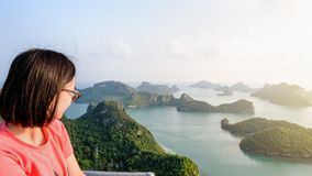 Mujer en el pico que mira la naturaleza hermosa Imagen de archivo libre de regalías