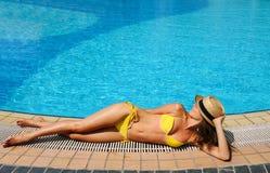 Mujer en el poolside Fotografía de archivo libre de regalías