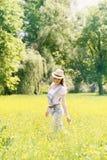 Mujer en el prado con las flores Imágenes de archivo libres de regalías