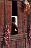Mujer en el pueblo de Bingzhongluo, Yunnan, China fotografía de archivo libre de regalías