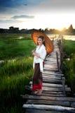Mujer en el puente Fotografía de archivo libre de regalías
