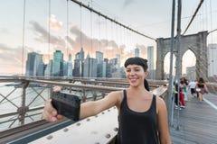 Mujer en el puente de Brooklyn Foto de archivo libre de regalías
