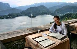 Mujer en el restaurante del castillo sangrado fotos de archivo libres de regalías