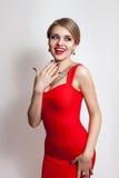 Mujer en el retrato rojo del vestido aislado en el fondo blanco Foto de archivo