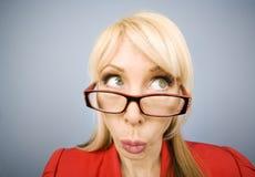 Mujer en el rojo que hace una cara divertida Imagen de archivo