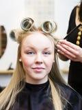 Mujer en el salón de pelo Fotos de archivo libres de regalías