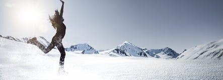 Mujer en el salto de la nieve imágenes de archivo libres de regalías