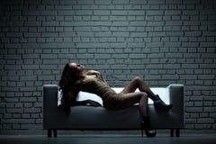 Mujer en el sofá Imágenes de archivo libres de regalías