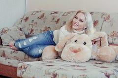 Mujer en el sofá Fotografía de archivo libre de regalías