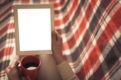Mujer en el sofá con PC de la tableta Fotos de archivo