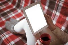 Mujer en el sofá con PC de la tableta Fotografía de archivo libre de regalías