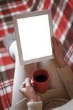 Mujer en el sofá con PC de la tableta Foto de archivo