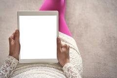 Mujer en el sofá con PC de la tableta Foto de archivo libre de regalías