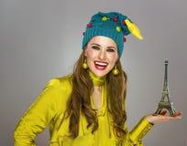 Mujer en el sombrero de la Navidad aislado en torre Eiffel que muestra gris Fotografía de archivo libre de regalías