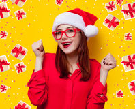 Mujer en el sombrero de Papá Noel Foto de archivo