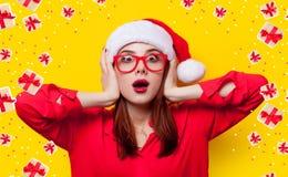 Mujer en el sombrero de Papá Noel Imágenes de archivo libres de regalías