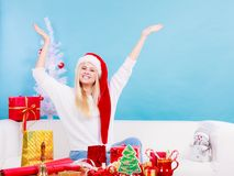 Mujer en el sombrero de Papá Noel que prepara los regalos de la Navidad Foto de archivo libre de regalías
