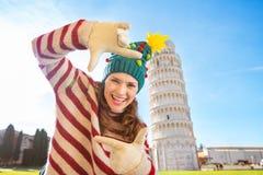 Mujer en el sombrero del árbol de navidad que enmarca cerca del viaje que se inclina de Pisa Imagen de archivo
