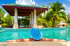 Mujer en el sombrero que se relaja en centro turístico oriental Fotografía de archivo libre de regalías