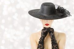 Mujer en el sombrero y los guantes, modelo de moda Beauty Portrait, cara ocultada muchacha, labios rojos Foto de archivo libre de regalías