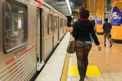 Mujer en el subterráneo sin los pantalones Imagen de archivo