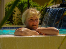 Mujer en el sueño de la piscina del hotel Foto de archivo