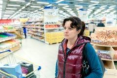 Mujer en el supermercado Imagen de archivo
