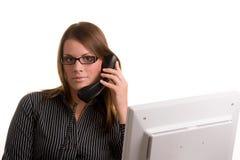 Mujer en el teléfono con el ordenador Imagen de archivo libre de regalías