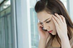 Mujer en el teléfono con la tensión, ansiedad, sensación negativa Fotos de archivo