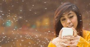 Mujer en el teléfono contra ciudad de la noche con los conectores Fotos de archivo