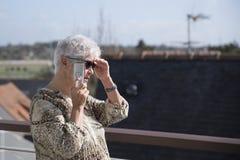 Mujer en el teléfono fotos de archivo