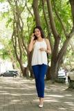 Mujer en el teléfono móvil Foto de archivo libre de regalías