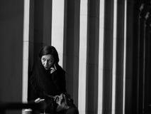 Mujer en el teléfono móvil en blanco y negro Imagenes de archivo