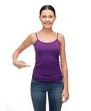 Mujer en el top sin mangas púrpura en blanco que señala en sí misma Fotografía de archivo