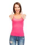 Mujer en el top sin mangas rosado en blanco que muestra los pulgares para arriba Fotos de archivo
