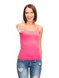 Mujer en el top sin mangas rosado en blanco que muestra los pulgares para arriba Fotografía de archivo libre de regalías