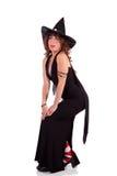 Mujer en el traje de la bruja pulso una actitud atractiva fotos de archivo