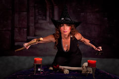 Mujer en el traje de la bruja que realiza ritual imagen de archivo libre de regalías