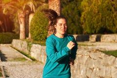 Mujer en el traje de los deportes que hace ejercicios cardiios Fotografía de archivo libre de regalías