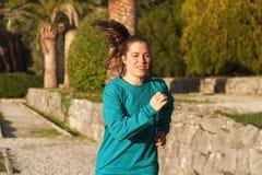 Mujer en el traje de los deportes que hace ejercicios cardiios Foto de archivo