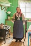 Mujer en el traje tradicional de Icelandian en la cocina de un hist fotos de archivo