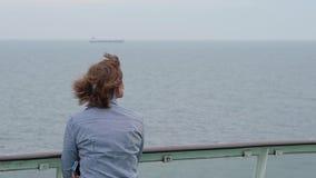 Mujer en el transbordador en el mar Báltico almacen de video
