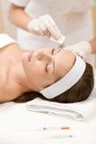 Mujer en el tratamiento de la medicina de los cosméticos Fotografía de archivo libre de regalías