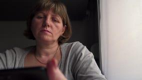 Mujer en el tren con el teléfono almacen de metraje de vídeo