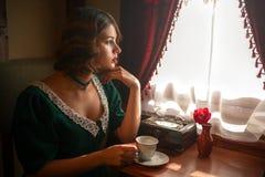 Mujer en el tren del vintage, interior rico del compartimiento Imagenes de archivo